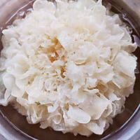 滋阴安神---红枣银耳莲子汤的做法图解1
