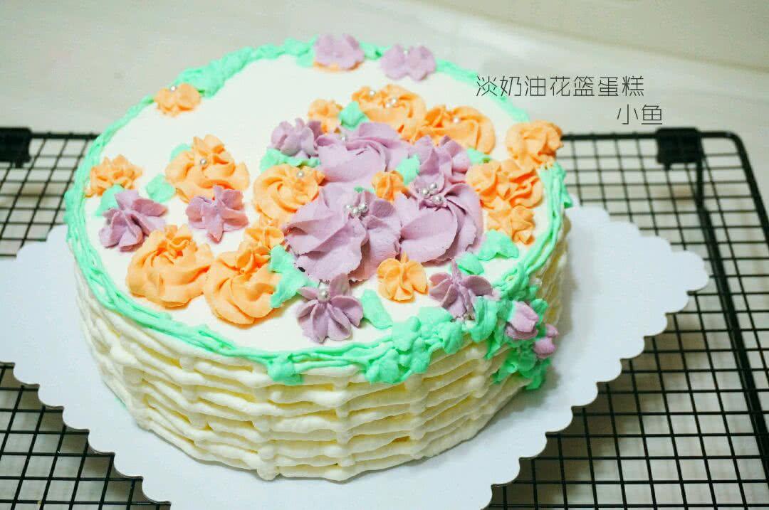 6. 接下来把剩余的奶油再打发充分一些,准备裱花了。一共会用到图上这五种裱花嘴:上排第一个最细的圆形花嘴用来裱蛋糕上面绿色的树枝部分;上右大号八齿曲奇花嘴是最大的紫色的花;下排左一圆形花嘴是蛋糕四周的白色花篮编制部分;下排中间叶子花嘴;下排最右边是五齿小花嘴裱橘色小花。