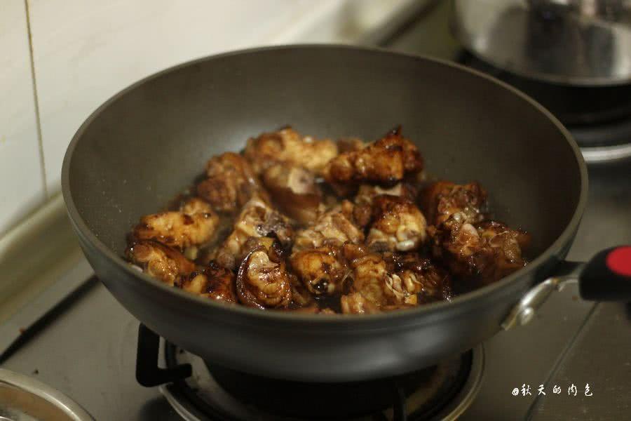 昨天做了以前不敢轻易尝试的土豆烧牛肉,经过商量,今天做不容易炖烂的猪蹄。出锅的猪蹄色泽红亮,肉质软嫩,香香的特下饭,前后用了40几分钟。锅子很实用,省气省电不用人看管,7档压力选择,12种程序(米饭,五谷饭,快煮米饭,八宝粥,宝宝粥,蛋糕,煲汤,排骨,鸡/鸭肉,牛羊肉,豆/蹄筋,鱼),清香,标准,浓郁三种口感选择。具有保温和24小时预约功能,总之,很喜欢。
