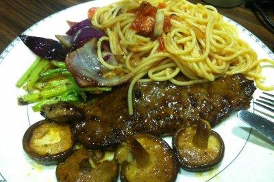 红酒黑胡椒牛排意面配香菇芹菜