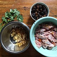 花胶炖鸽滋补汤的做法图解1
