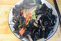 家常小炒:芹菜木耳香菇炒肉的做法