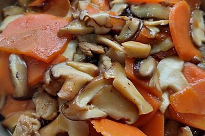 五花肉炒胡萝卜香菇