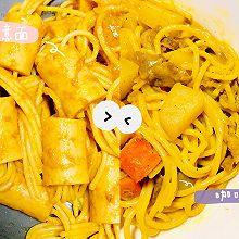 东西合璧:黄咖喱意面(可爱香肠串意面~土豆胡萝卜肥牛拌意面)