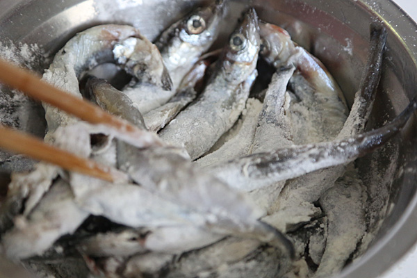 多春鱼去内脏步骤图_多春鱼的正确打开方式:油炸 #舌尖上的春宴#的做法_【图解】多 ...