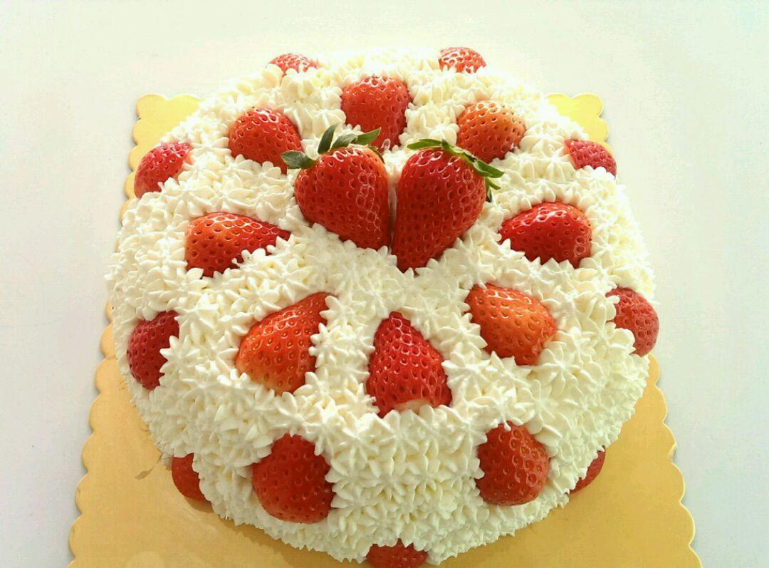 三层蛋糕胚一共夹心两层.第三层蛋糕胚边上剪去1cm宽度.