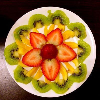 草莓猕猴桃水果拼盘