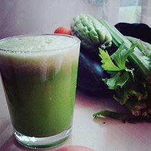青瓜,苦瓜,芹菜汁。(减肥lunch必备の蔬果汁)。