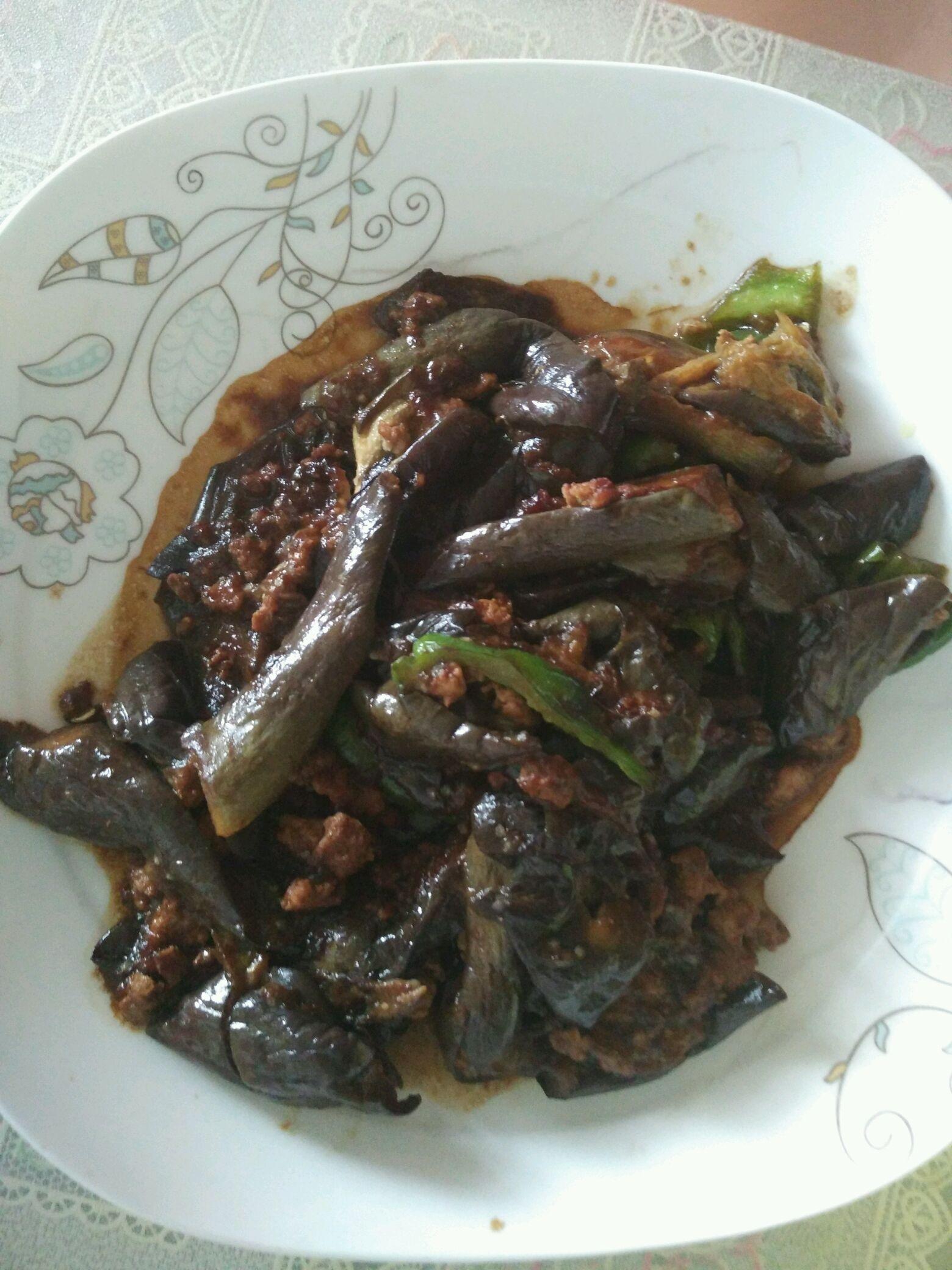 肉末茄子的做法步骤 4. 锅里放油,放大蒜泥炒香,加入肉泥炒熟