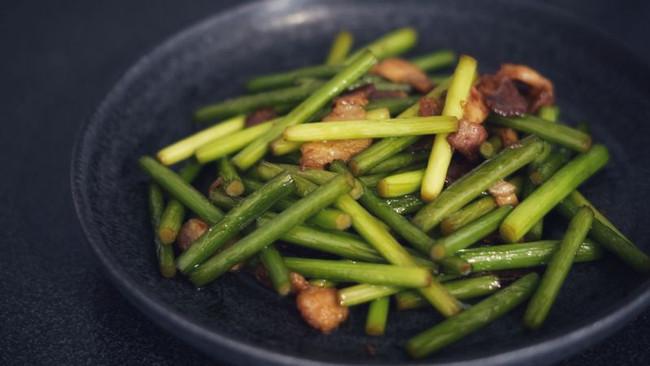 【异乡一人食】蒜苔炒肉的做法