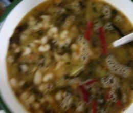 开胃酸菜白豆汤的做法