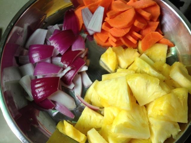 v材料材料.胡萝卜去皮切片.洋葱洗净切成方块的.玉米油牛轧糖图片