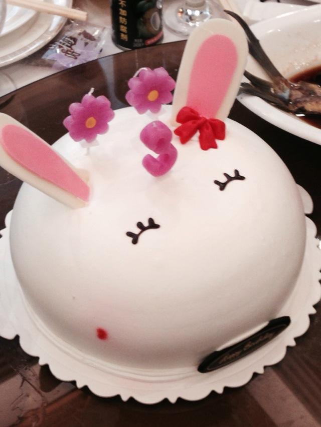 上海哪里有兔子蛋糕卖 我也想知道,灯饰好可爱哦,是一对帕脱兔,粉色的是草莓口味的,白色的里面是巧克力慕丝的,是今天星尚人气美食19点播放的店名没听见,很遗憾,帮不了你。 精致生日蛋糕图片有会做精致小点心、蛋糕的吗 回复,吧里有很多精致甜点的教程精华贴,可以去看看哦! 。 兔子吃蛋糕 任何兔子都不能吃加工过的食物,会害死它的,兔子也不能以蔬菜为主食ReadAnswers,会拉稀,应该以草。 我的经验 养兔必需的用品: 倒挂式带滚珠的水壶、食具、兔厕所、磨牙棒、草架、兔笼 养兔必备药:乳酶生(预防和治疗拉稀)