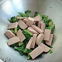 午餐肉炒西兰花的做法图解8