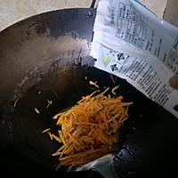 胡萝卜炒面的做法图解3