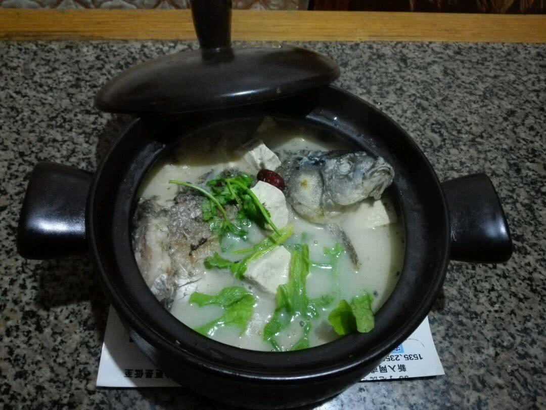 香浓砂锅鲫鱼豆腐汤的做法步骤