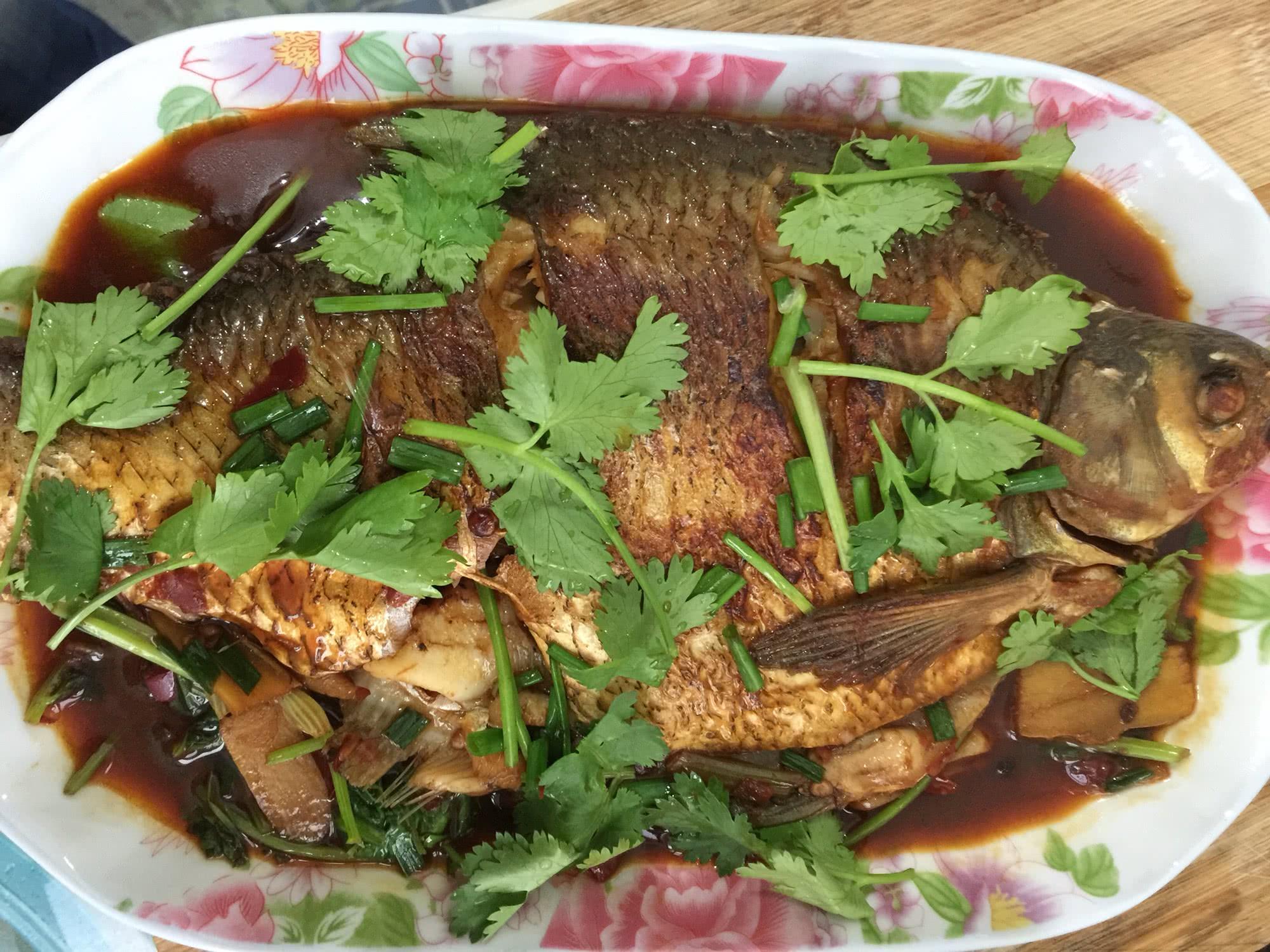 老抽适量 盐适量 胡椒适量 鸡精适量 2棵 糖适量 红烧鳊鱼的做法步骤