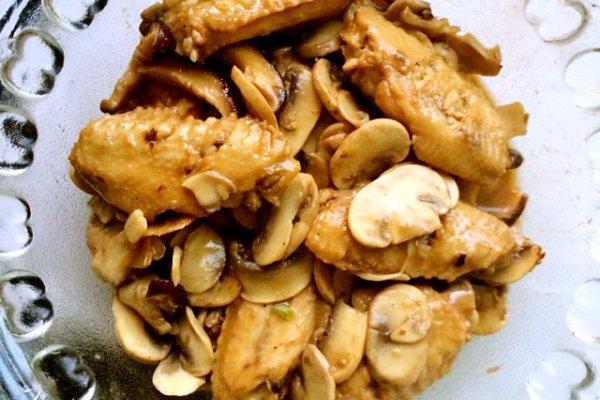 圆菇炒鸡翅的做法