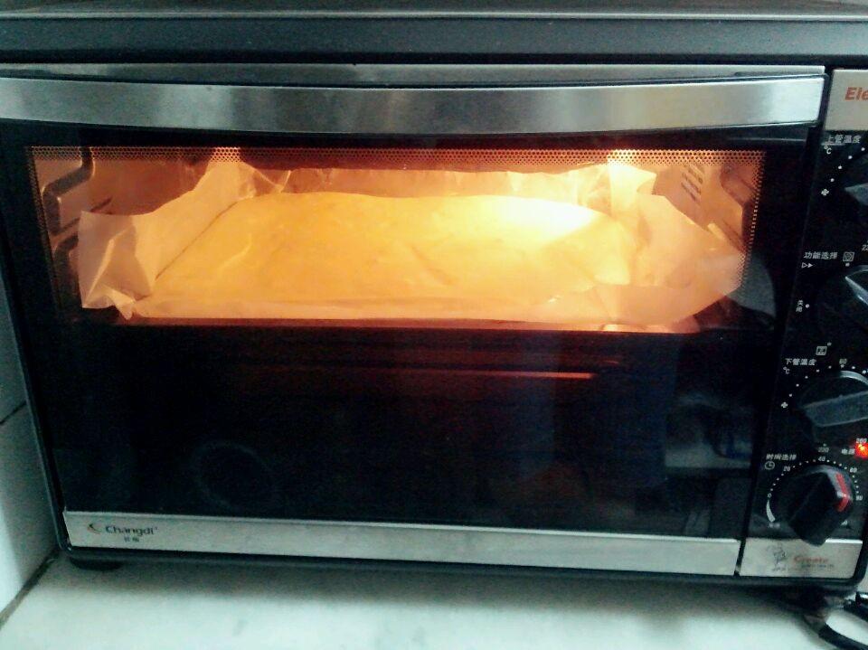 放入预热好的烤箱中层140度40分钟.