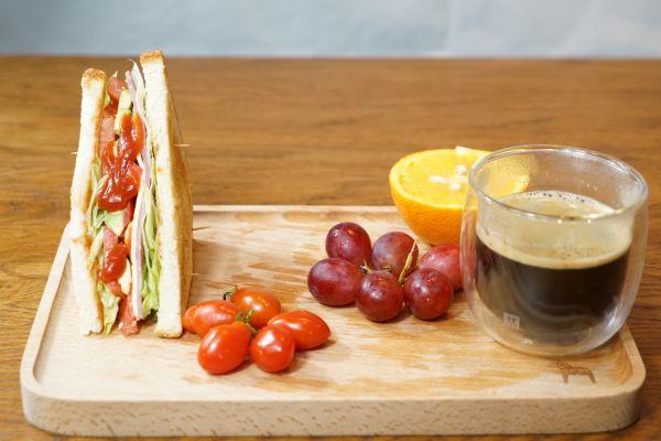 清新早餐|果香火腿三明治配黑咖