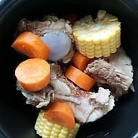 电饭锅版玉米胡萝卜筒骨汤的做法图解2