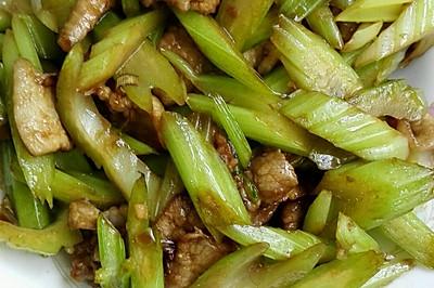 芹菜炒肉片,超级简单,懒人必会。