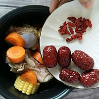 电饭锅版玉米胡萝卜筒骨汤的做法图解3