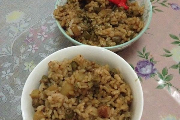 豇豆香肠土豆焖饭的做法