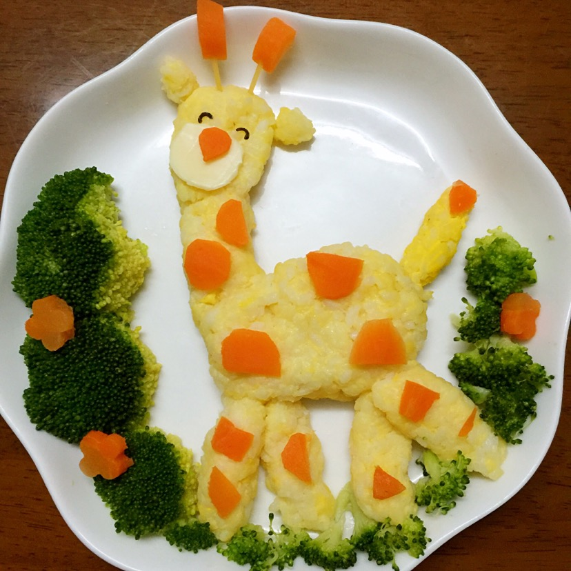 煮熟的胡萝卜切小块装饰在摆放成形的米饭上