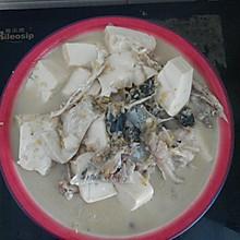 特简单的鱼头炖豆腐