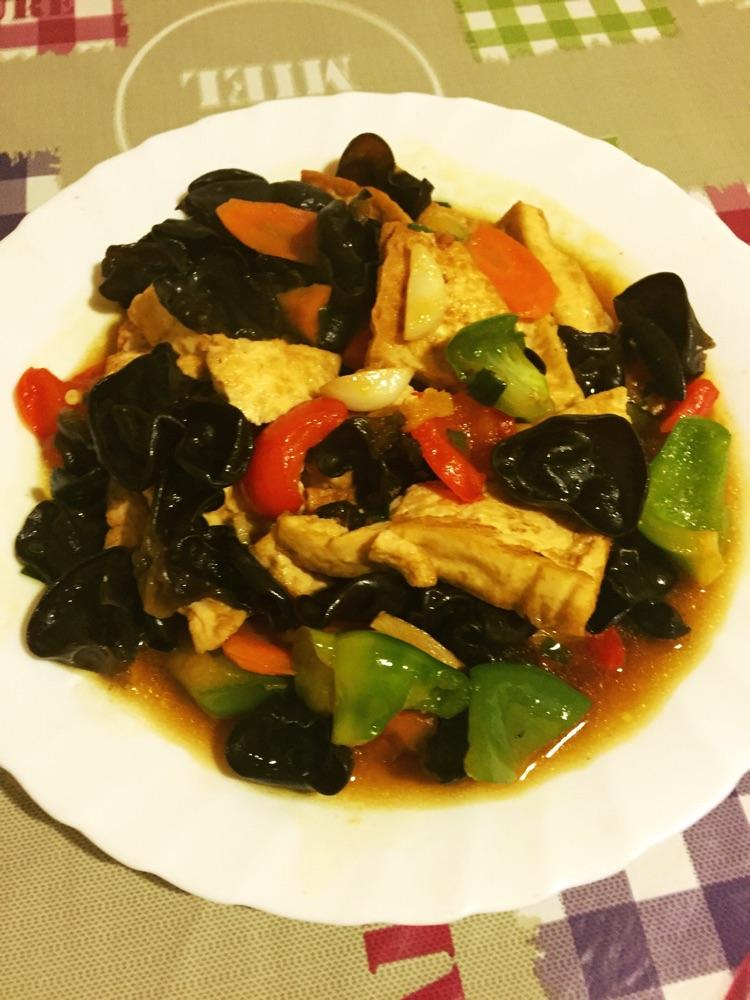 葱2根 姜2片 蒜2瓣 家常豆腐的做法步骤        本菜谱的做法由 gen