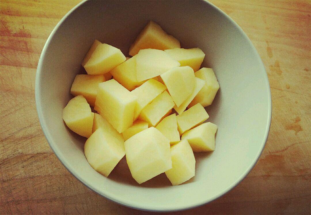 土豆削皮,切块