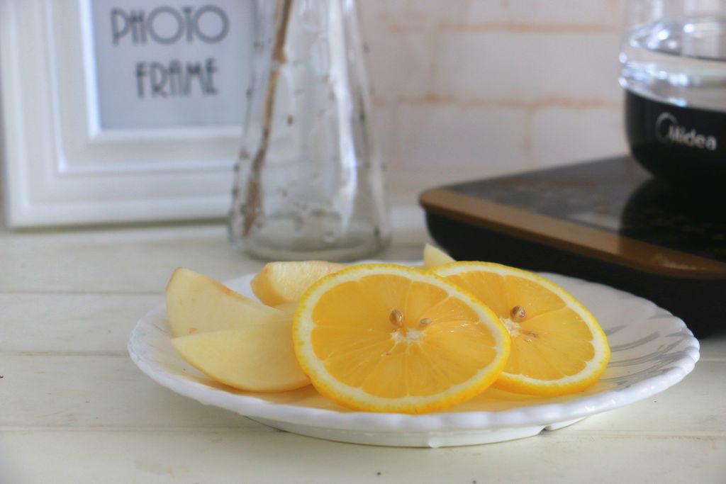水蜜桃去皮切块,柠檬切片.