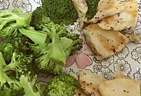 黑胡椒煎鸡胸肉配西兰花的做法