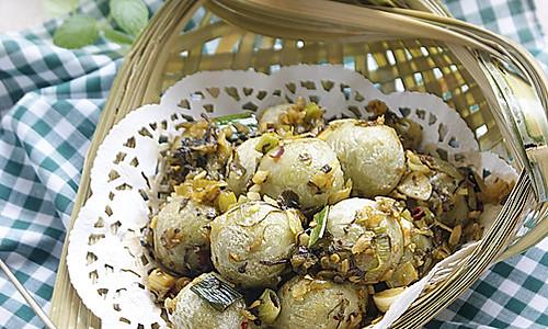独具风味的云南特色菜——腌菜炒汤圆的做法