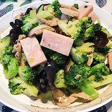 家常快手菜之:西兰花木耳炒午餐肉