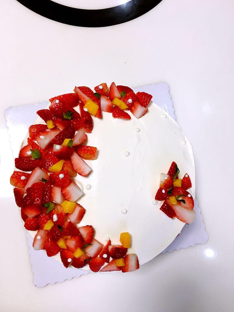 主料 戚风蛋糕胚8寸1个 500ml 水果适量100g 水果奶油蛋糕的做法步骤