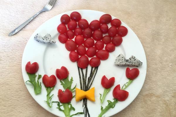 圣女果 又称珍珠小番茄,樱桃小番茄,既可蔬又可果。也可以做成蜜饯,果实直径约1~3厘米,鲜红碧透(另有中黄、橙黄、翡翠绿等颜色的新品种),味清甜,无核,口感好,营养价值高且风味独。尤其适宜婴幼儿、孕产妇、老人、病人、高血压、肾脏病、心脏病、肝炎、眼底疾病等患者食用。经常发生牙龈出血或皮下出血的患者,吃樱桃番茄有助于改善症状;