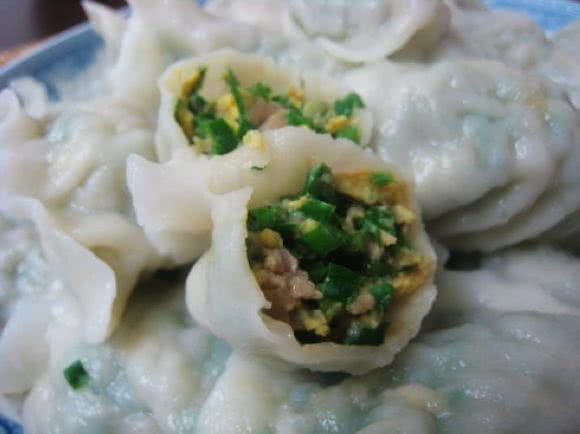 主料 韭菜1斤 绞肉1/2斤 饺子皮1斤 面粉1/2碗 辅料 盐1大匙 步骤 1.