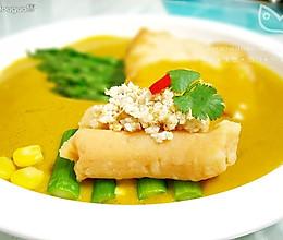 嫩煎青鱼配咖喱牛奶汁和芦笋鱼松色拉的做法
