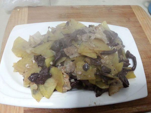 [10分钟系列]红蘑炒土豆片的做法
