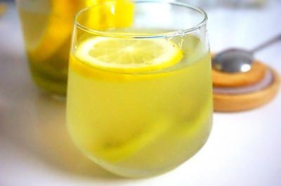 养颜排毒水:柠檬奇异果维他命C水