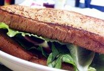 灰灰的全麦鸡蛋培根三明治的做法