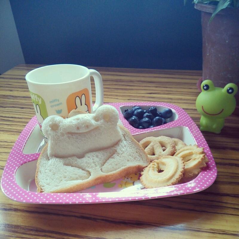 10分钟左右       主料 面包1块 曲奇饼4块 1杯 小青蛙早餐的做法步骤