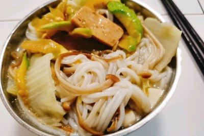 鮮美無比-仙貝白菜金針菇過橋米線-芋頭湯底
