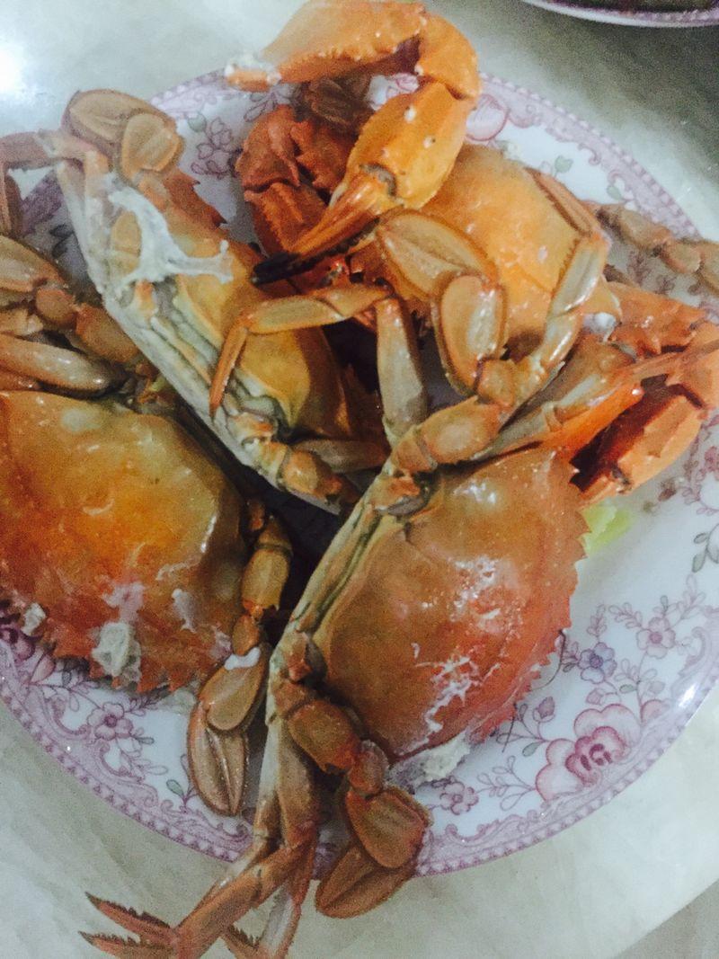 主料 石头蟹适量 姜丝适量 蒜瓣适量 盐适量 水适量 蒸螃蟹的做法步骤