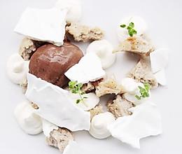 黑蒜雪糕配烤蛋白霜片和檸檬月桂葉奶油的做法