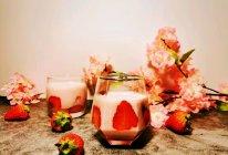 #美食视频挑战赛# 草莓奶昔的做法