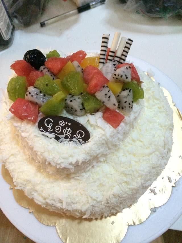 2. 把淡奶油打至九成发(有直立小尖角)抹在切好片的8寸蛋糕上后放上水果粒,在放上一层8寸蛋糕片后全部抹上奶油,抹好后在8寸蛋糕上放一片6寸蛋糕片抹上奶油后放水果粒,在把一片6寸蛋糕放在上面,抹上奶油!