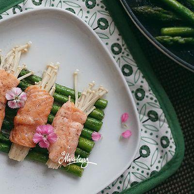 三文鱼金针菇卷佐黑椒芦笋